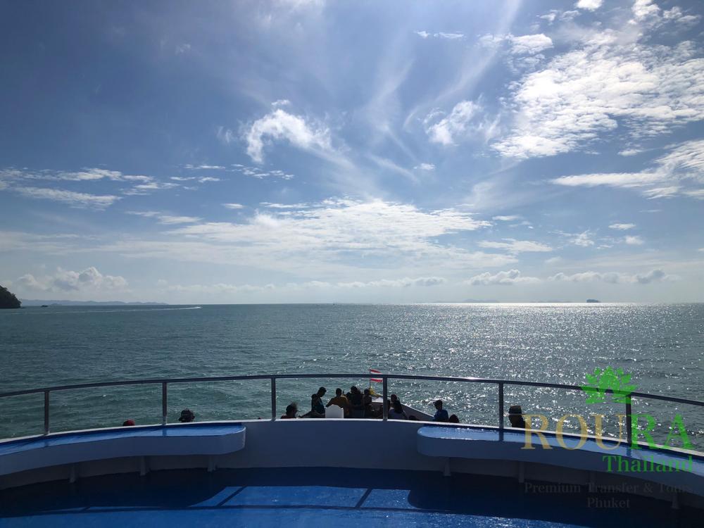 ピピ島ロングテールボート フェリーデッキ